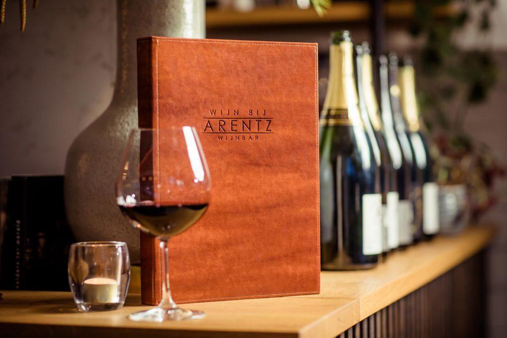 Glas wijn met wijnkaart