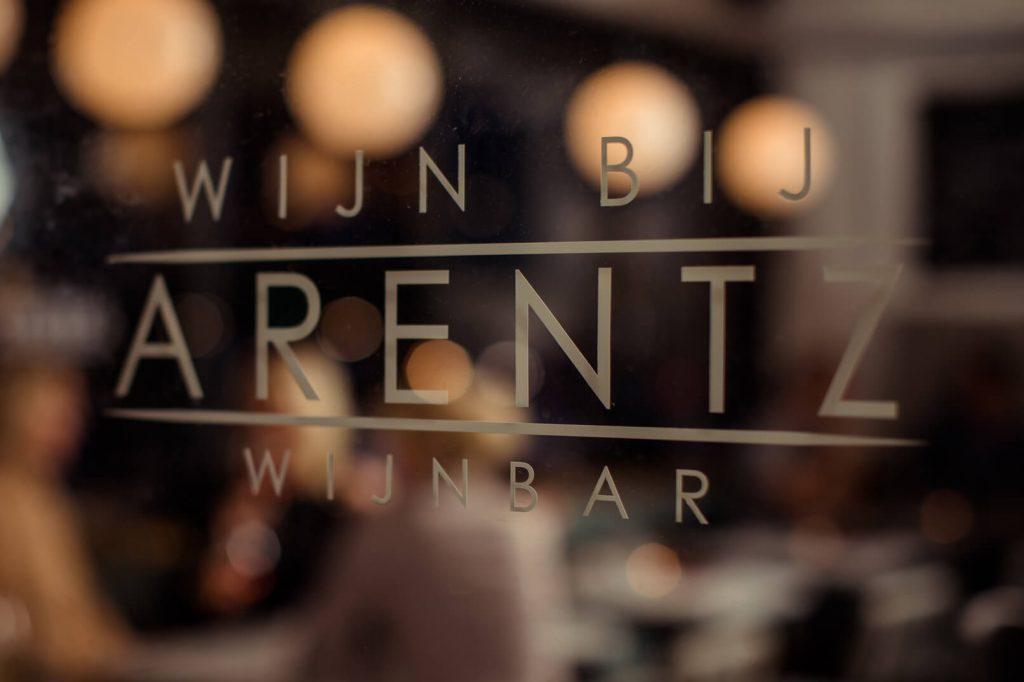 Logo op voorgevel Wijn bij Arentz
