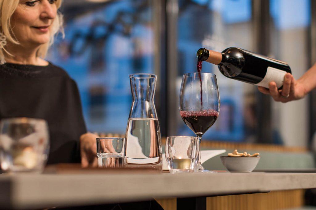 Inschenken rode wijn