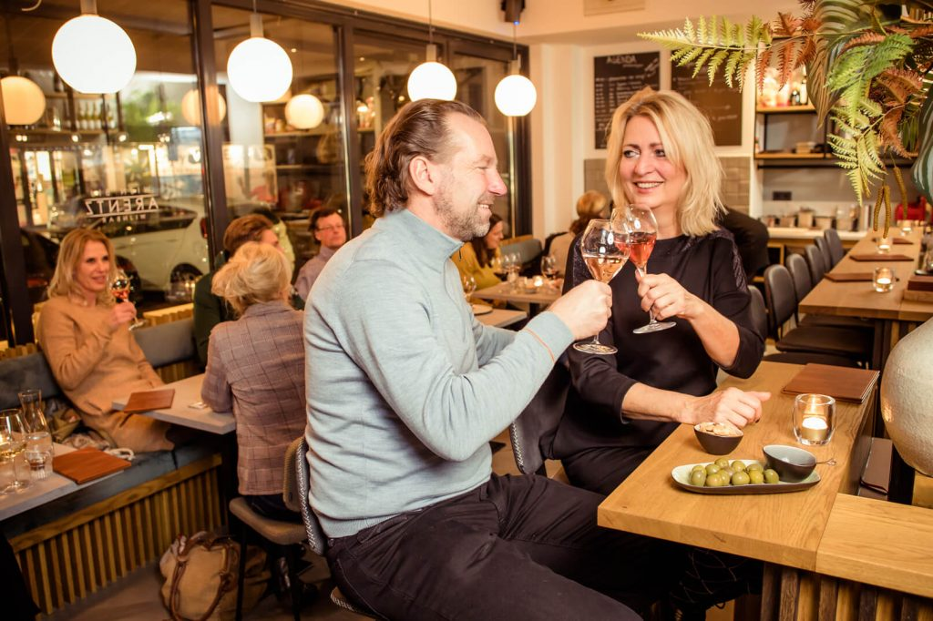 Duo aan de bar bij Wijn bij Arentz